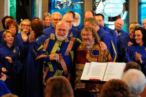 Reverend James A. Wilson und Jimmy Brooks-Potratz inmitten der Sängerschar. Foto: Hiltl